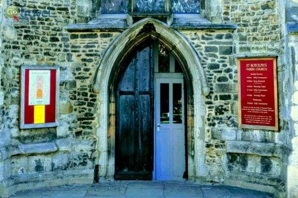שער עתיק ומקורי לכניסה לקולג' (צילום: יעל גתי)