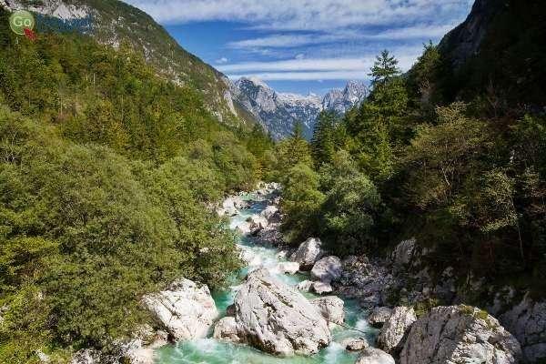 נהר סוצ'ה בעמק טרנטה (צילום: לשכת התיירות הסלובנית)