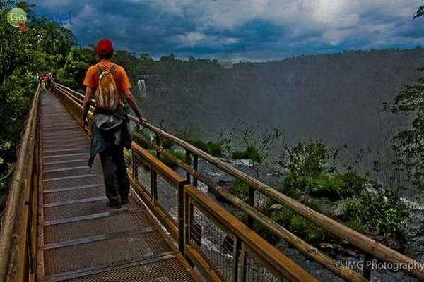 אחד מהגשרים שמעל המפלים  (צילום: Ian Gampon)