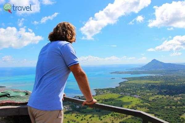 תצפית על חופי מאוריציוס המיוערים עד קו המים כמעט  (צילום: עמית אופיר)