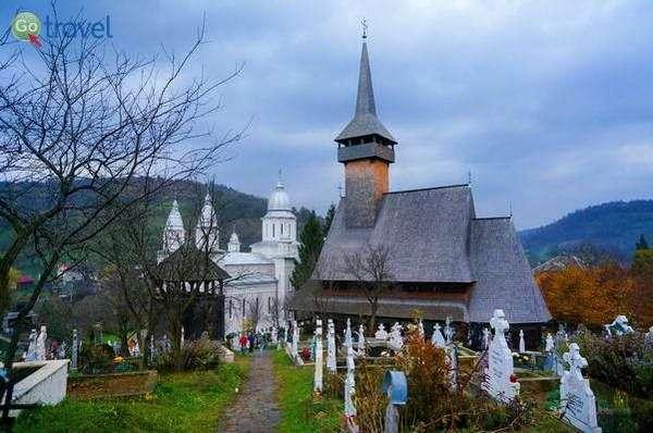 כנסיית עץ וכנסייה חדשה בכפר פויינילה איזיי (צילום: Steve Hall)