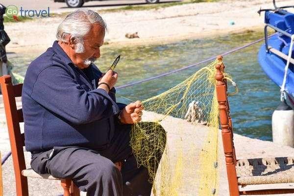 מתקנים את רשתות הדייג  (צילום: כרמית וייס)