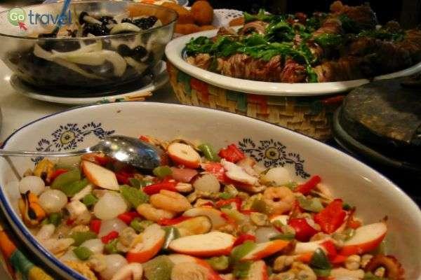 מיני תבשילים וולנסיאניים עשירים בירקות ופירות ים (צילום: צחי בוקששתר)