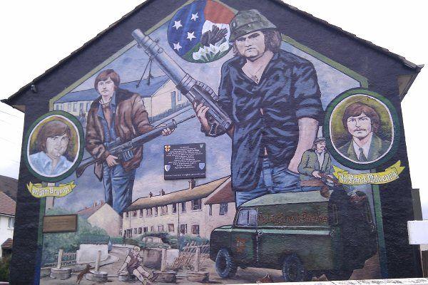 זכרונות עימות הדמים בבלפסט מונצחים בציורי קיר רבים בעיר (צילום: Jack Stow)
