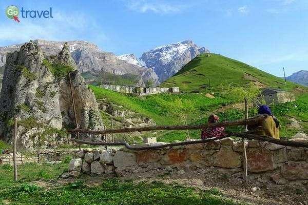 כפר בהרי הקווקז  (צילום: Adam Jones)