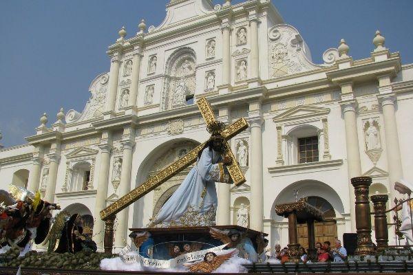 בימת ישוע הצלוב עוברת ליד קתדרלת סן חוזה באנטיגואה (צילום: Roberto Urrea)