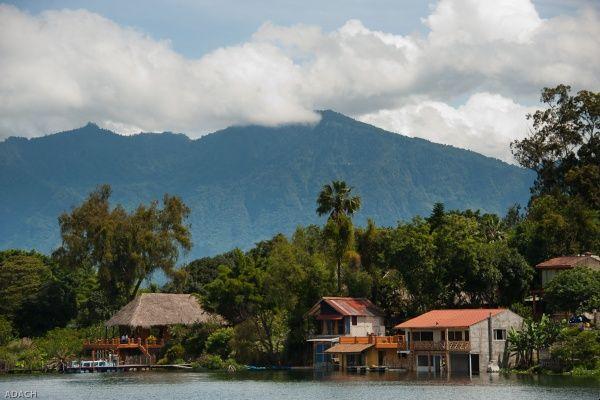 העיירה סנטיאגו אטיטלן על שפת האגם (צילום: Christopher William Adach)