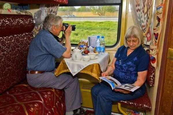 במהלך הנסיעה יש זמן לנוח, לקרוא ולהתבונן בנוף (צילום: באדיבות לרינדי)