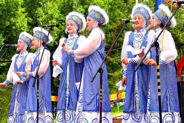 תרבות, מוסיקה ותלבושות מקומיות, בכיכר (צילום: Torekhan Sarmanov)