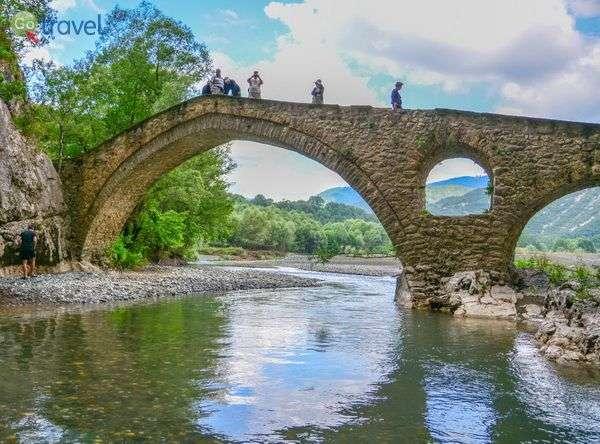 אחד מגשרי האבן הרבים של חבל זגוריה  (צילום: אייל דואר)