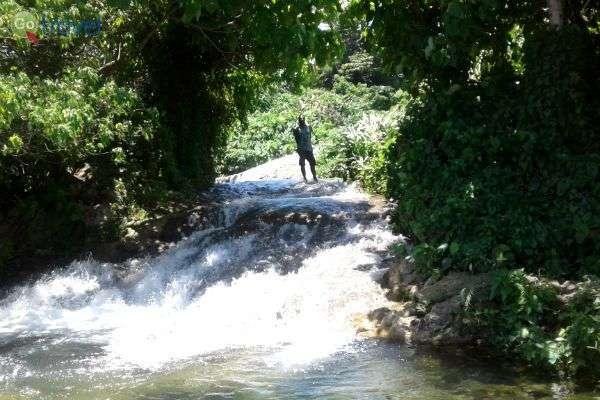 """הנהרות באי אפטה יוצרים """"מגלשות-מים"""" טבעיות (צילום: יפעת סלע)"""