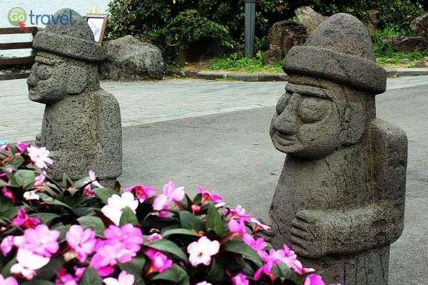 פסלי הישיש - מסמלי האי (צילום: יובל נעמן)