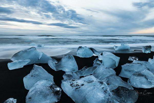 קרחונים תכולים על חול שחור בלגונת הקרחון  (צילום: Marc Cooper)