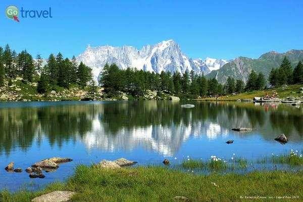 אגם קסום מעל עמק אאוסטה  (צילום: Ferruccio Zanone)