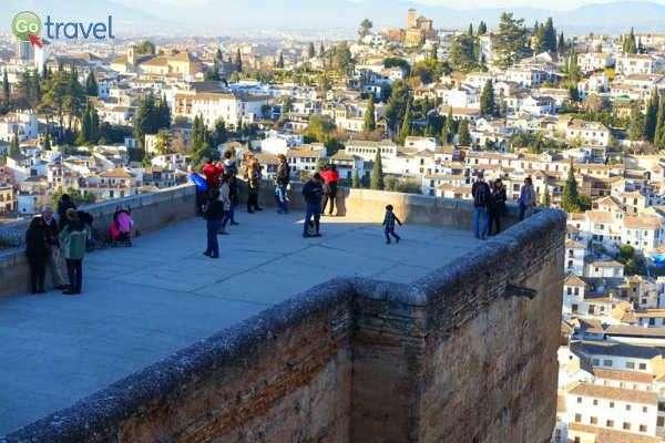 מטיילים צופים על העיר מאחד ממגדלי המבצר (צילום: אמיר גור)