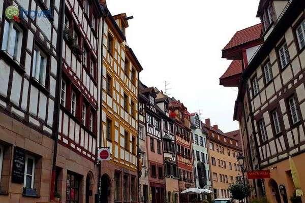בתי אבן ועץ ברחובות נירנברג  (צילום: כרמית וייס)