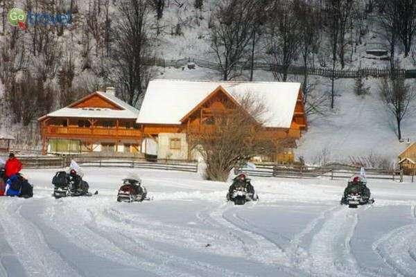 אופנועי השלג מחכים מחוץ לבקתה  (צילום: גלעד תלם)