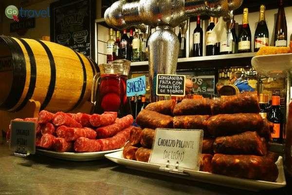 נקניקים מקומיים ובירה - חטיף בין הארוחות... (צילום: ירדן גור)