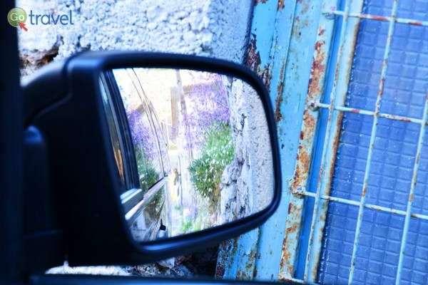 רכב גדול מתקשה לעבור בכבישים בכפרי ההרים  (צילום: כרמית וייס)