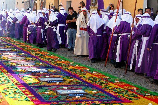 רבים מהמשתתפים עוטים גלימות סגולות המסמלות את היגון והייסורים (צילום: Roberto Urrea)