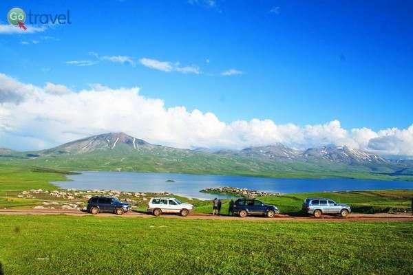 אגם טבצקורי מעל רכסי הקווקז הנמוך  (צילום גלעד תלם)
