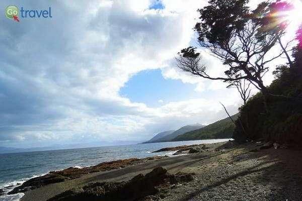 הליכה על סלעים חלקים וחול טובעני   (צילום: עופרי וייס)