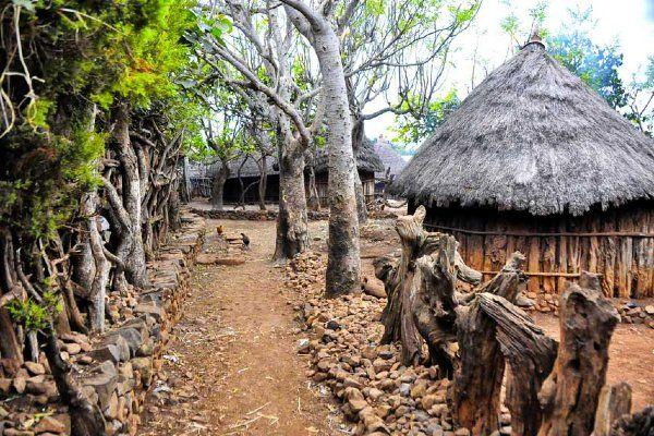 השבילים הצרים של כפר קונסו טיפוסי (צילום: Rod Waddington)