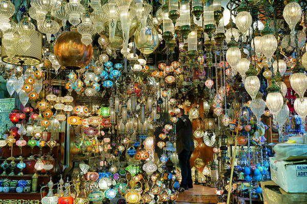 תבחרו לכם מנורה בשוק המקורה... (צילום: Miwok)