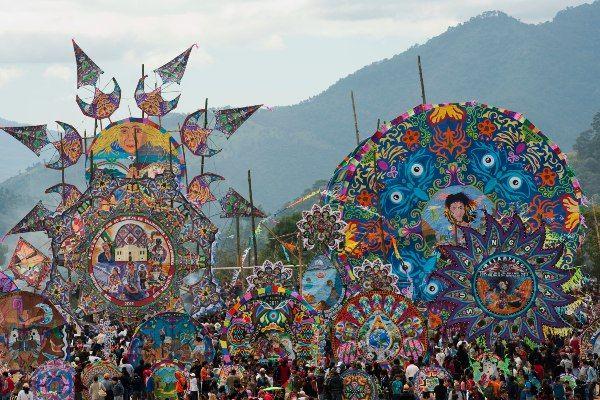 פסטיבל העפיפונים הענקיים בעיירה סומפנגו לציון יום המתים (צילום: Josué Goge)