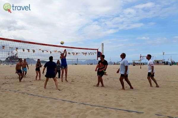 הכותבת במשחק כדורעף חופים  (צילום: דלית וייס)