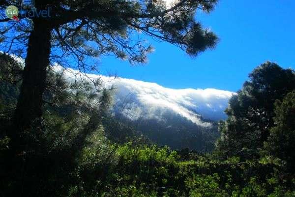 מפלי עננים על גבי הרכסים, הנוצרים כתוצאה מרוחות הסחר (צילום: נעם סלע)