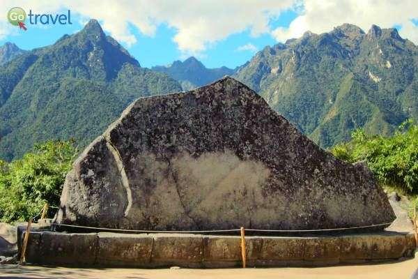 אבן קדושה המעוצבת בדמות ההר שמאחוריה (צילום: David Stanley)