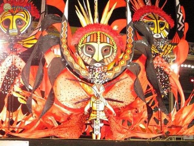 מייצגים ענקיים בקרנבל טרינידד (צילום: נעם סלע)