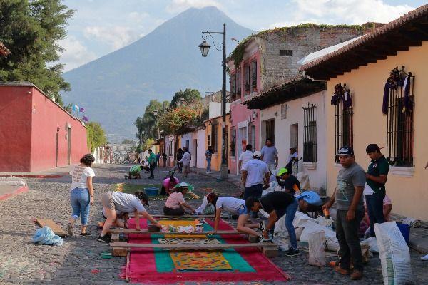 תושבי העיר עמלים על הכנת שטיחי הרחוב לעיתים לאורך שנה שלמה (צילום: Nicolas Rénac)