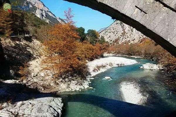 ערוץ נהר אראחטוס וגשר אבן עתיק  (צילום: כרמית וייס)