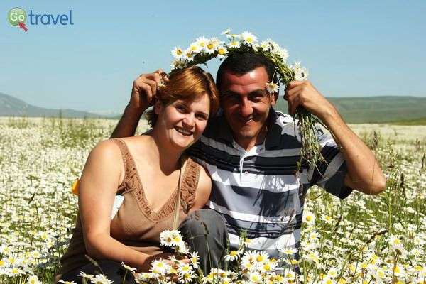 הסמין ודרבסג' - בעלי המלון בסיסיאן - בלב שדה נטוש שכוסה בפרחי בבונג