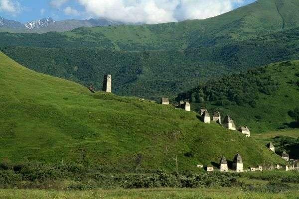 """""""עיר המתים"""" - בית קברות בסגנון מקומי (צילום: גילי חסקין)"""