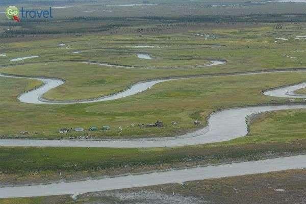 הקרקע מקושטת בערוצי נחל פתלתלים (צילום: עופר גלמונד)