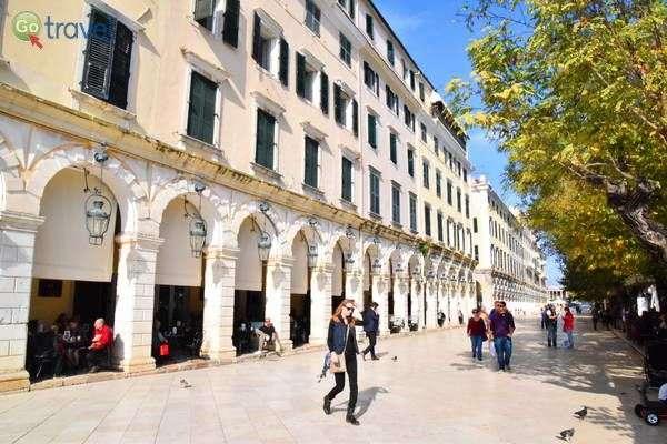 אכסדרת עמודים מרשימה בכיכר המרכזית של קורפו  (צילום: כרמית וייס)