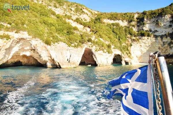 מצוקי אבן גיר מאפיינים את איי הים היוני  (צילום: כרמית וייס)