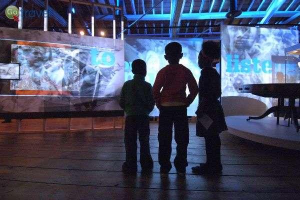 ילדים מתרשמים מאמנות עכשווית (צילום באדיבות מוזיאון דוקלנדס)