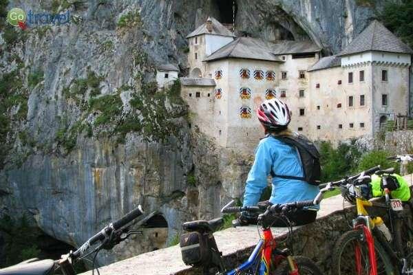 עם האופניים ניתן לצאת לטיולים יומיים לאתרים פופולריים, כמו טירת פרדיאמה (צילום: נעם תדהר)