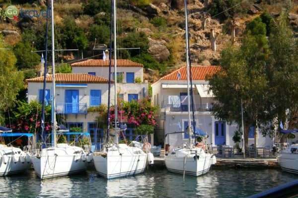 """סירות פרטיות """"חונות"""" ליד הבתים (צילום: עופר ויסמן)"""