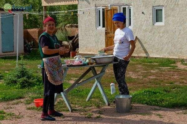 נשים מקומיות מסבירות פנים לאורח (צילום:  Ninara)