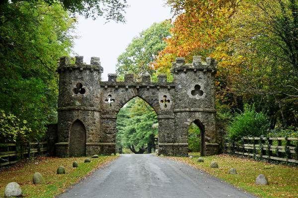 שער טולימור בכניסה לפארק בו נמצאו זאבי הבלהות (צילום: Philip McErlean)