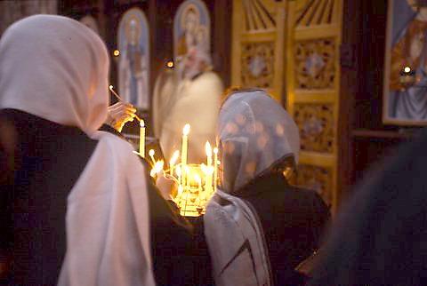 נשים מתפללות בכנסיה ביום חג