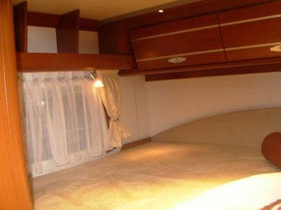 מיטה זוגית או מיטת קומותיים בקרוואן