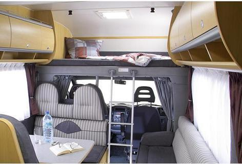 תא השינה מעל תא הנהג - מיטה קבועה לעומת מיטה היורדת בלילה