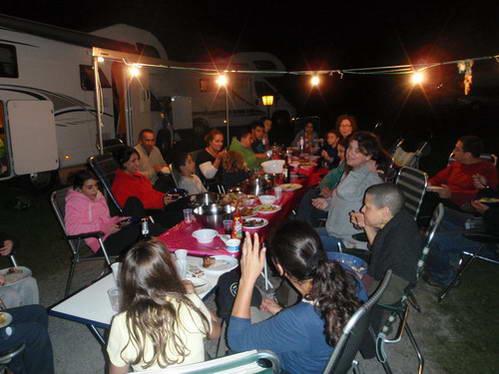 ארוחה קבוצתית בטיול קרוואנים