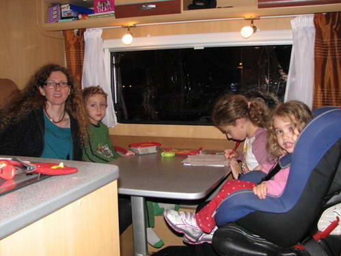 עם הילדים בפינת האוכל של הקרוואן